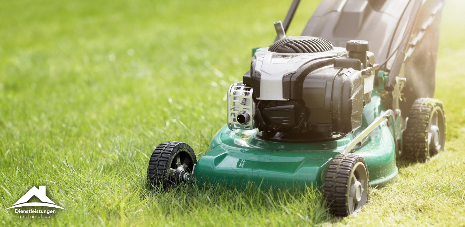 Gartenarbeiten mit einem Rasenmäher